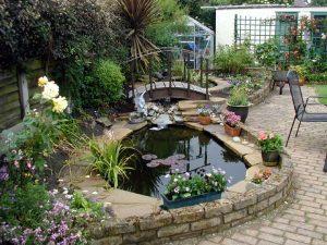 piccolo-giardino-con-laghetto foto testo