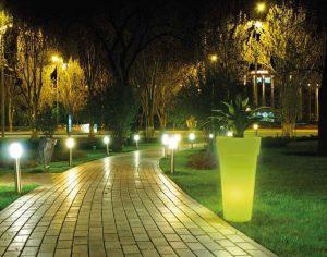 come illuminare il giardino